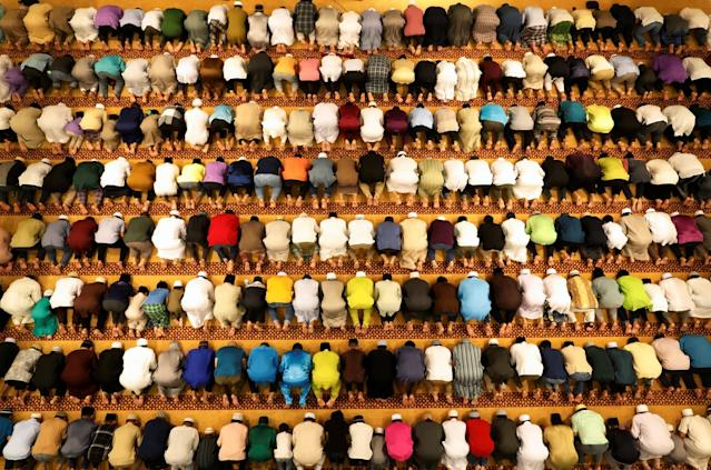 <p>Muslims perform tarawih prayers to mark the start of Ramadan at a mosque in Singapore, May 26, 2017. (Edgar Su/Reuters) </p>