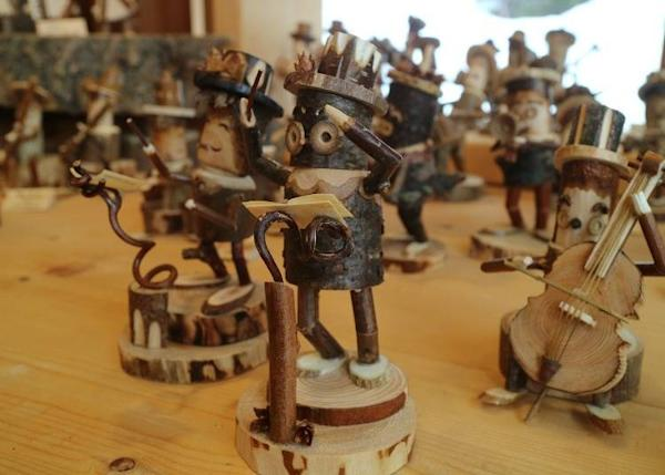 A cute ensemble of musicians made with wood from the Furano forests