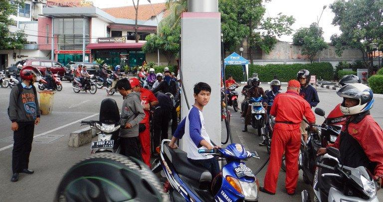 Motorists queue for petrol in Jakarta, on April 24, 2013