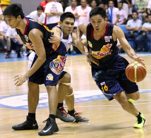 Jeff Chan uses a pick set by Jervy Cruz to get past PJ Simon. (PBA Images)