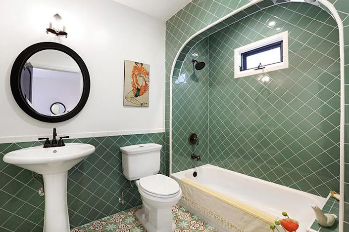 <p>The second bathroom was large enough to add an arched ceiling detail around the tub and shower.<i> (Photo: Charmaine David for Kenihan Development)</i><br></p>