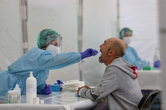 Test de coronavirus en Ordizia el 6 de julio de 2020 (Javi Colmenero/Europa Press via Getty Images). (Photo: EUROPA PRESS NEWS VIA GETTY IMAGES)