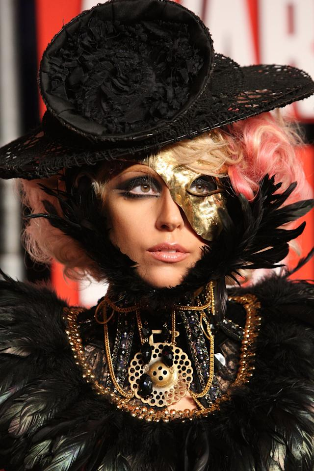 <p>Arriving at the 2009 MTV Video Music Awards, Lady Gaga wears her curled bob with pink highlights and an exaggerated black smoky eye embellished with a golden mask.</p>