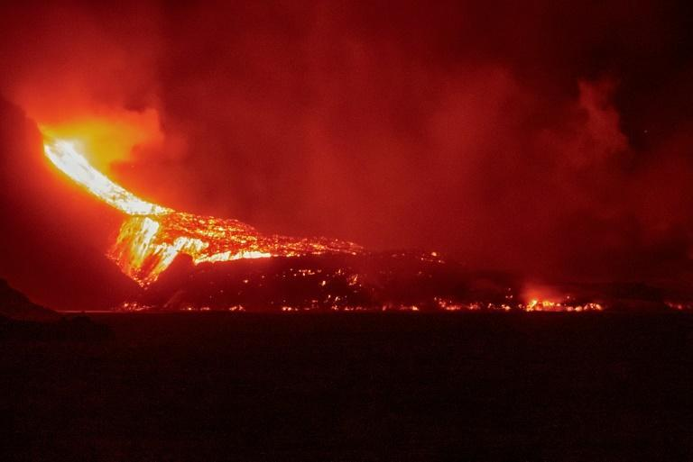The lava flow from the Cumbre Vieja volcano pours into the Atlantic Ocean (AFP/Sunsets Sweden)