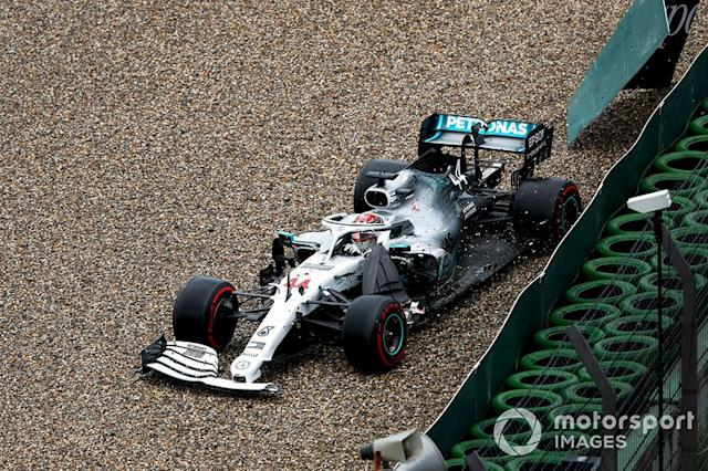 "Lewis Hamilton, Mercedes AMG F1 W10 choca contra el muro <span class=""copyright"">Zak Mauger / LAT Images</span>"