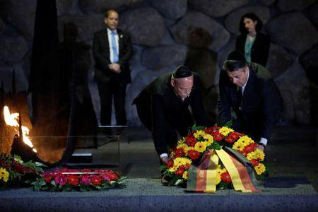 German Foreign Minister Sigmar Gabriel (R) lays a wreath during a ceremony in the Hall of Remembrance at Yad Vashem Holocaust Memorial in Jerusalem April 24, 2017  REUTERS/Amir Cohen