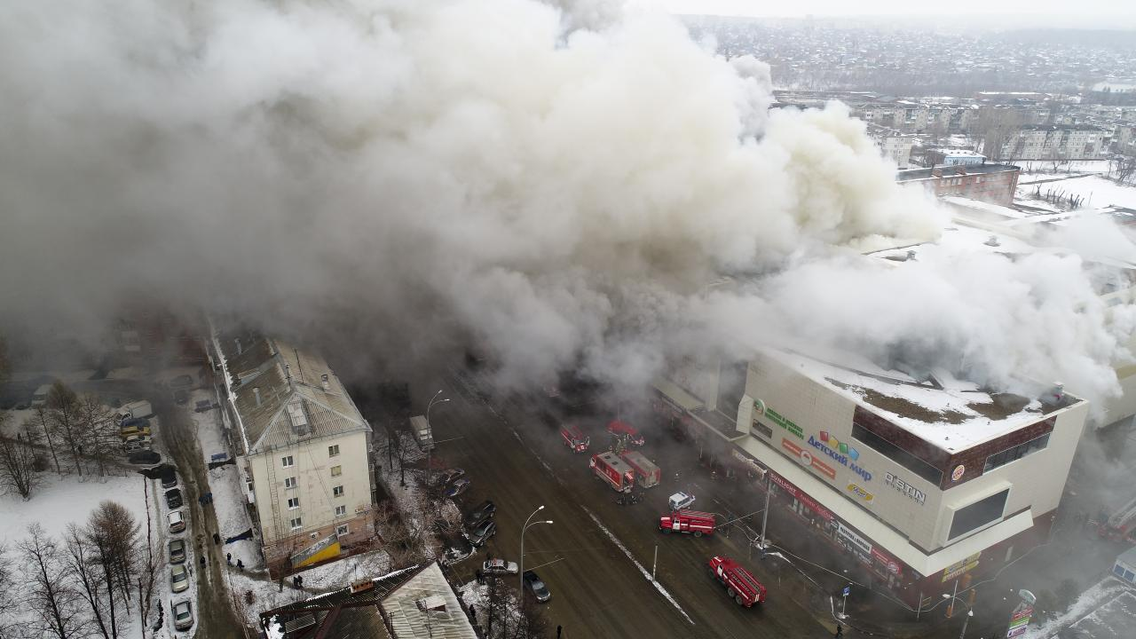 <p>In this Russian Emergency Situations Ministry photo, on March 25, 2018, smoke rises above a multistory shopping center in the Siberian city of Kemerovo, about 3,000 kilometers (1,900 miles) east of Moscow. (Photo: Russian Ministry for Emergency Situations photo via AP) </p>