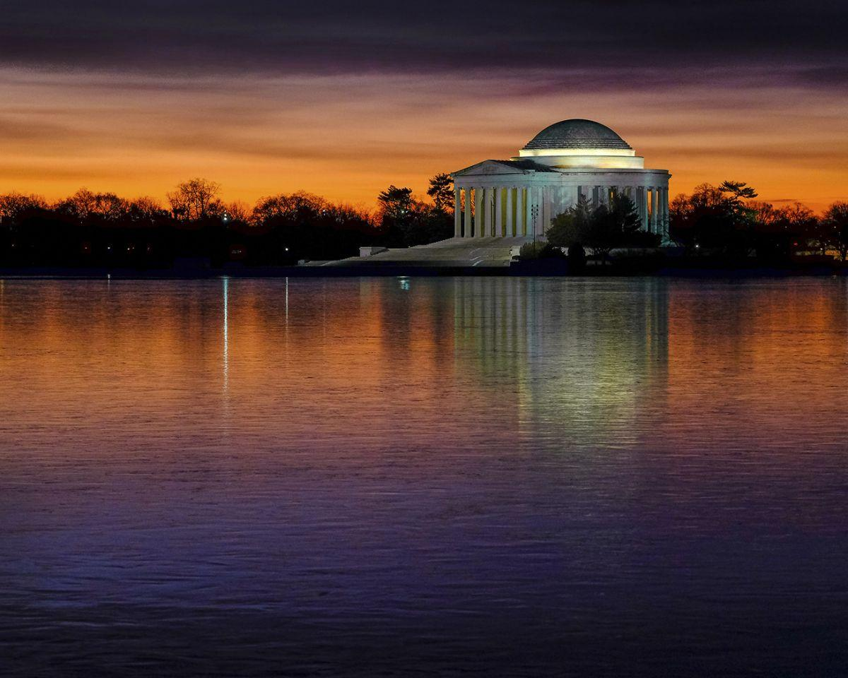 <p>Das Jefferson Memorial wird auf der gefrorenen Oberfläche des Tidal Basin-Sees an einem kalten Tag in Washington, D.C. reflektiert. (Bild: AP Photo/j. David Ake) </p>