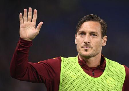 Soccer Football - AS Roma v Empoli - Italian Serie A -Olympic Stadium, Rome, Italy - 1/04/17 AS Roma's Francesco Totti waves supporters during warm up. REUTERS/Alberto Lingria