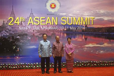 Vietnam Prime Minister Nguyen Tan Dung (L), Myanmar President Thein Sein with his wife Khin Khin Win, pose for a group photo before the welcome dinner at the 24th ASEAN Summit in Naypitaw May 10, 2014. REUTERS/Soe Zeya Tun