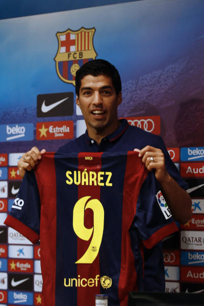 Barcelona's new Uruguayan forward Luis Suarez poses during his official presentation at the Camp Nou stadium in Barcelona on August 19, 2014 (AFP Photo/Quique Garcia)