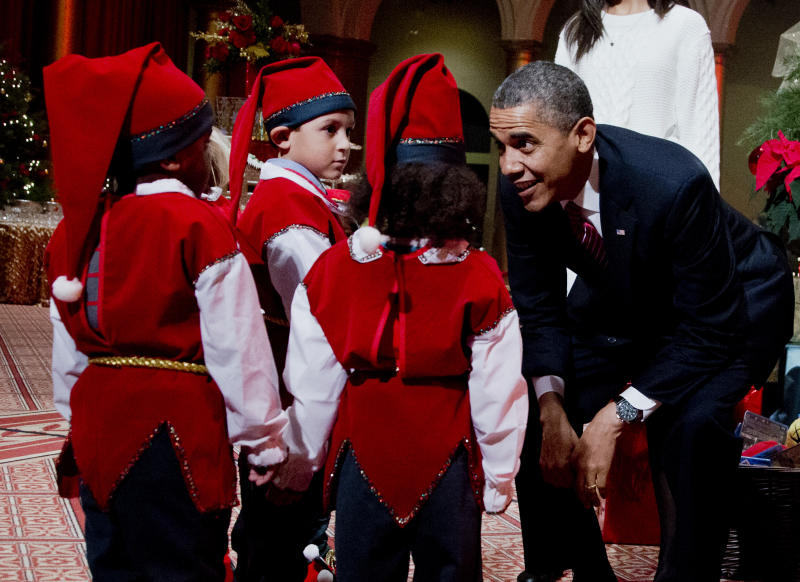 Obamas get into holiday mood at benefit concert