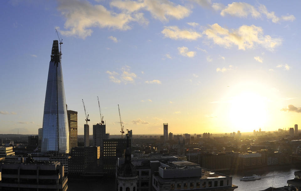 """""""The Shard"""" is seen at dusk in central London January 2, 2012. The building, due to be completed later this year, will be the tallest building in the European Union. REUTERS/Toby Melville (BRITAIN - Tags: CITYSPACE BUSINESS CONSTRUCTION)"""