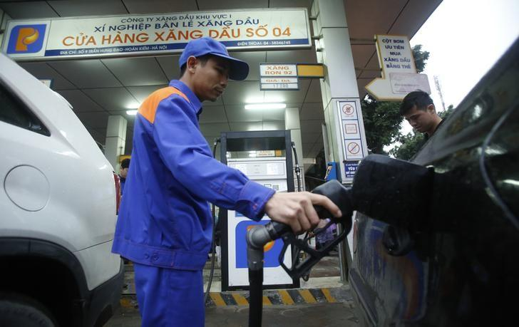 An attendant pumps petrol for a car at a petrol station in Hanoi March 11, 2015. REUTERS/Kham