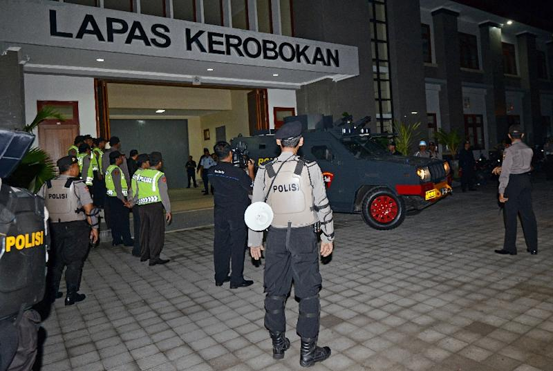 An Indonesian police vehicle, used to transfer two Australian drug smugglers on death row, leaves Kerobokan prison in Denpasar on Bali island on March 4, 2015 (AFP Photo/Sonny Tumbelaka )