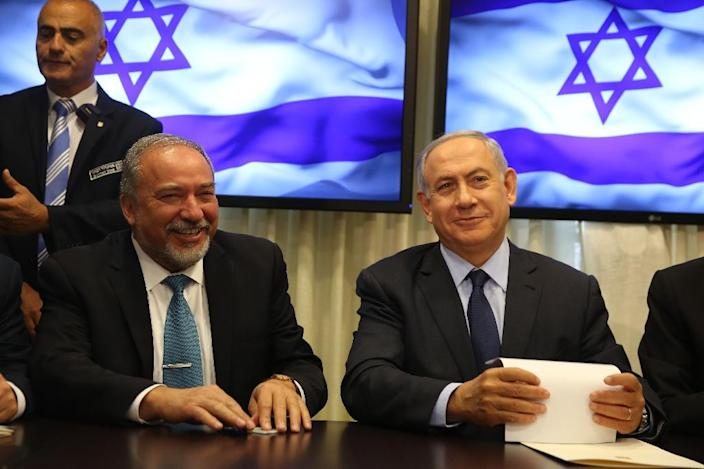 Israeli Prime Minister Benjamin Netanyahu (R) and Avigdor Lieberman (L), newly appointed Defence Minister, pictured on May 25, 2016 at the Israeli parliament in Jerusalem (AFP Photo/Menahem Kahana)
