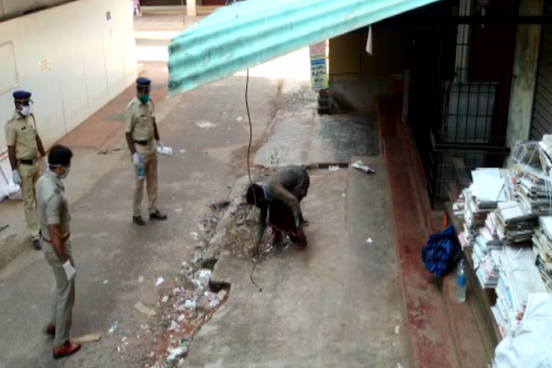 Kerala Homeless Man Waves Away Cops Approaching Him with Food, Ensures Social Distancing