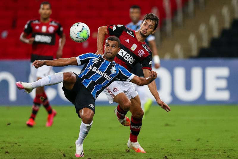 RIO DE JANEIRO, BRAZIL - AUGUST 19: Rodrigo Caio (R) of Flamengo struggles for the ball with Alisson of Gremio during a match between Flamengo and Gremio as part of 2020 Brasileirao Series A at Maracana Stadium on August 19, 2020 in Rio de Janeiro, Brazil. (Photo by Buda Mendes/Getty Images)