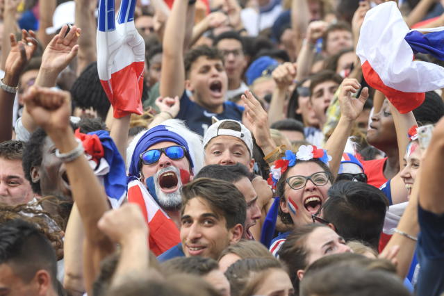 PHU30851 PUVI. Geneva (Switzerland Schweiz Suisse), 15/07/2018.- Supporters of the France national soccer team celebrate the team's victory as they watch a public broadcast of the FIFA World Cup final soccer match between France and Croatia in Geneva, Switzerland, 15 July 2018. (Croacia, Ginebra, Mundial de Fútbol, Suiza, Francia) EFE/EPA/MARTIAL TREZZINI