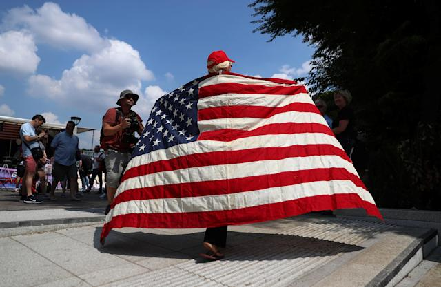 <p>Demonstrators near the U.S. Embassy in London prepare for a pro-Trump rally during the visit of President Trump to Britain, July 14, 2018. (Photo: Simon Dawson/Reuters) </p>