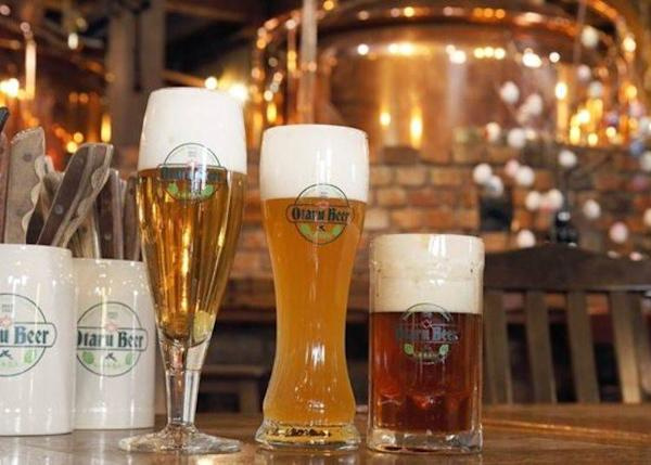 From the left are Pilsner, Dunkel, and Weiss draft types. Each comes in three sizes: S (300 ml) 470 yen, M (500 ml) 610 yen, and L (1,000 ml) 1,200 yen. The S size is shown in the photo