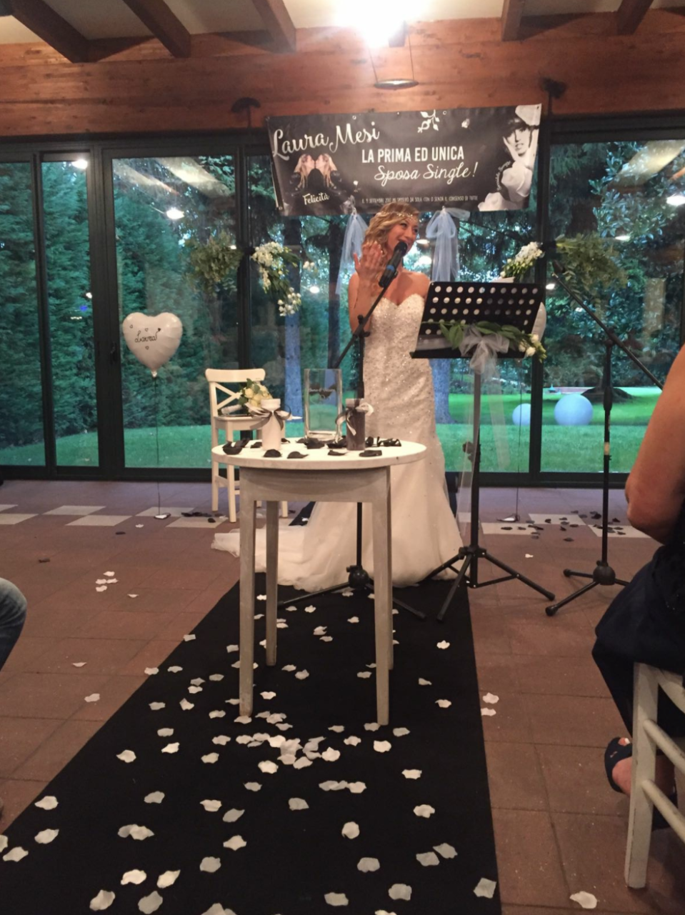 Her solo wedding ceremony featured 70 guests and the typical big wedding cake [Photo: Facebook/laura.mesi.5]