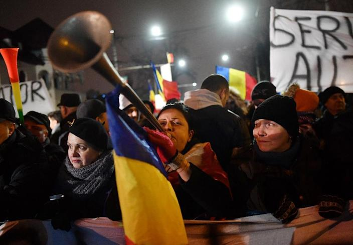 Protesters outside Cotroceni Palace, the Romanian Presidency headquarters in Bucharest on February 7, 2017 (AFP Photo/Daniel Mihailescu)