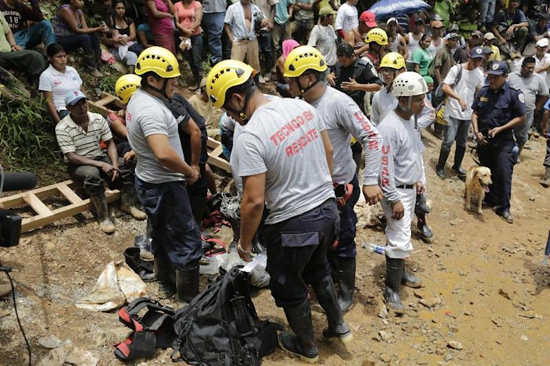 Rescuers try to reach a group of trapped gold miners in the community of El Comal, near Bonanza in northeastern Nicaragua, on August 29, 2014