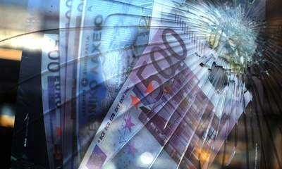 Euro Sinks To Nine-Year Low Against Dollar