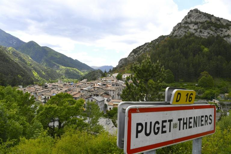 Residents of the village of Puget-Theniers in southern France voted overwhelmingly to cast the country's political leaders to the wolves in the first round of presidential polls