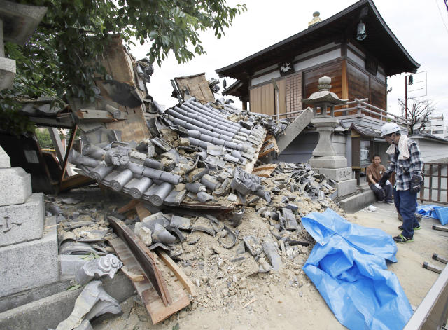 <p>The gate of Myotoku-ji temple collapses after an earthquake hit Ibaraki City, Osaka, western Japan, Monday, June 18, 2018. (Photo: Yosuke Mizuno/Kyodo News via AP) </p>