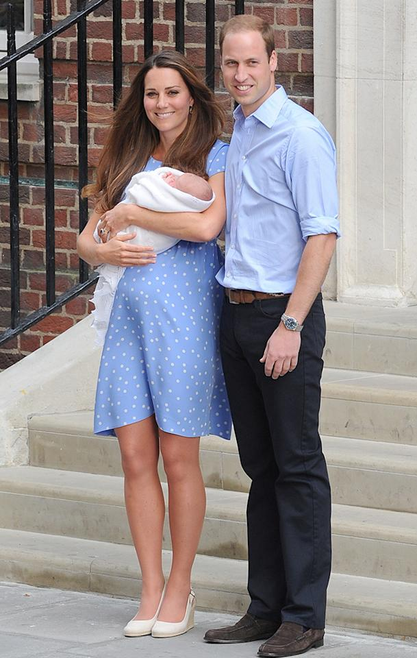 LONDON, UNITED KINGDOM - JULY 23: Catherine, Duchess of Cambridge and Prince William, Duke of Cambridge leave the Lindo Wing with their newborn son at St Mary's Hospital on July 23, 2013 in London, England. (Photo by Alex Davies/FilmMagic)