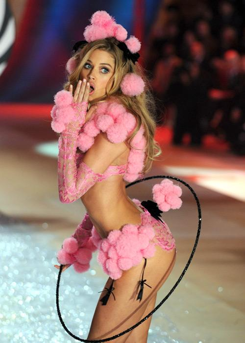 Doutzen Kroes walks the runway during the Victoria's Secret 2012 Fashion Show on November 7, 2012 in New York City.
