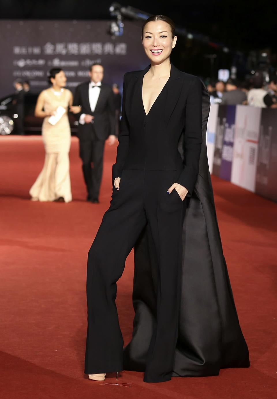Hong Kong actress and singer Sammi Cheng poses for photographers on the red carpet at the 50th Golden Horse Film Awards in Taipei November 23, 2013. REUTERS/Patrick Lin (TAIWAN - Tags: ENTERTAINMENT)