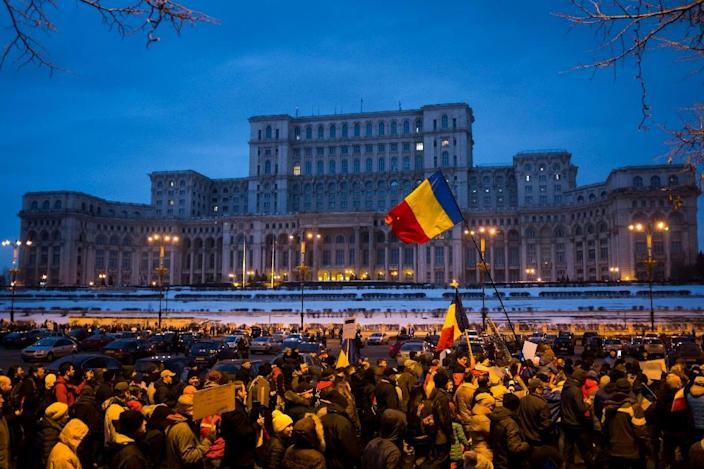 People march in front of the Romanian parliament during a rally against the government's contentious corruption decree on February 4, 2017, in Bucharest (AFP Photo/ANDREI PUNGOVSCHI)