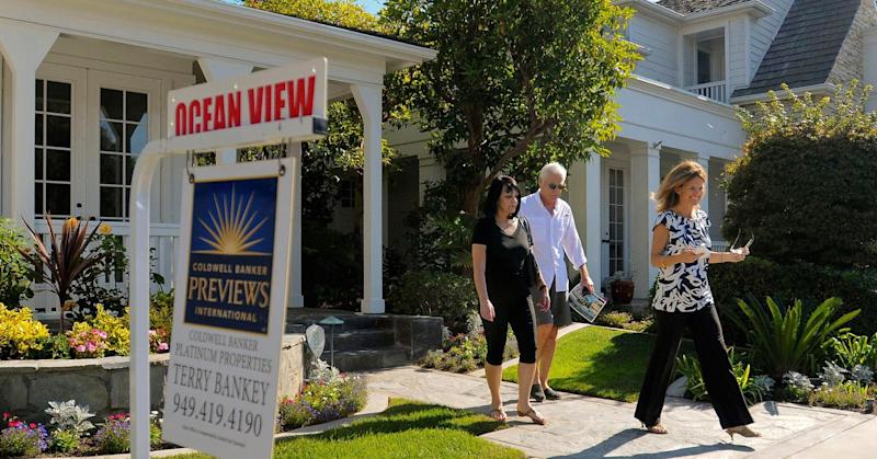 Weekly mortgage applications to purchase a home drop 3%, even as falling rates spark rush to refinance