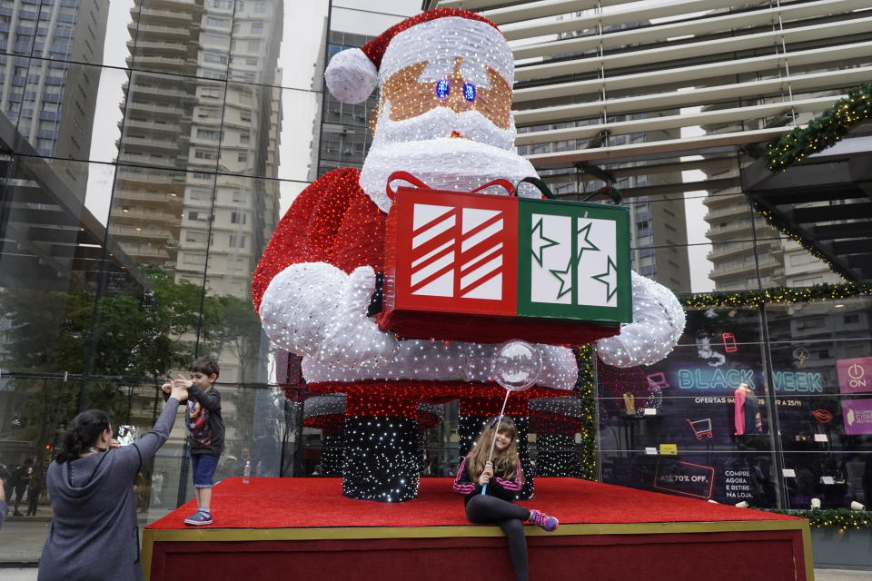 A note reportedly criticized parents for teaching their kids about Santa. (Photo: Cris Faga/NurPhoto via Getty Images)