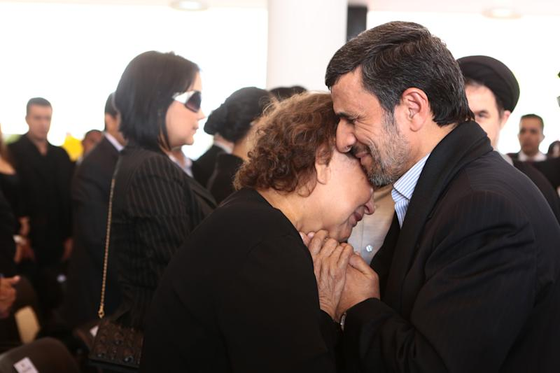 El presidente de Irán Mahmoud Ahmadinejad consuela a la madre de Hugo Chávez, Elena Frias, durante las ceremonias fúnebres del presidente venezolano el 8 de marzo del 2013 en Caracas. (AP Photo/Miraflores Press Office)