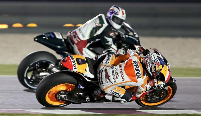 Honda MotoGP rider Dani Pedrosa (front) of Spain races during a free practice session at the MotoGP World Championship at the Losail International circuit in Doha March 21, 2014. REUTERS/Fadi Al-Assaad (QATAR - Tags: SPORT MOTORSPORT)