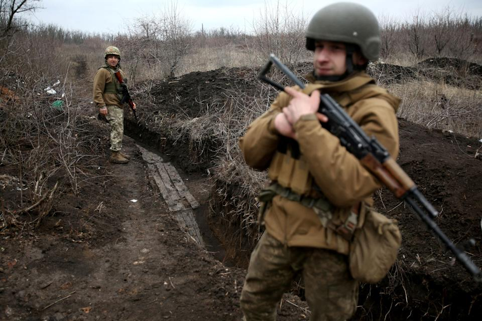 Two Ukrainian soldiers guard the line of contact established after the ceasefire in the Donetsk region.  (Photo: STR / AFP via Getty Images)