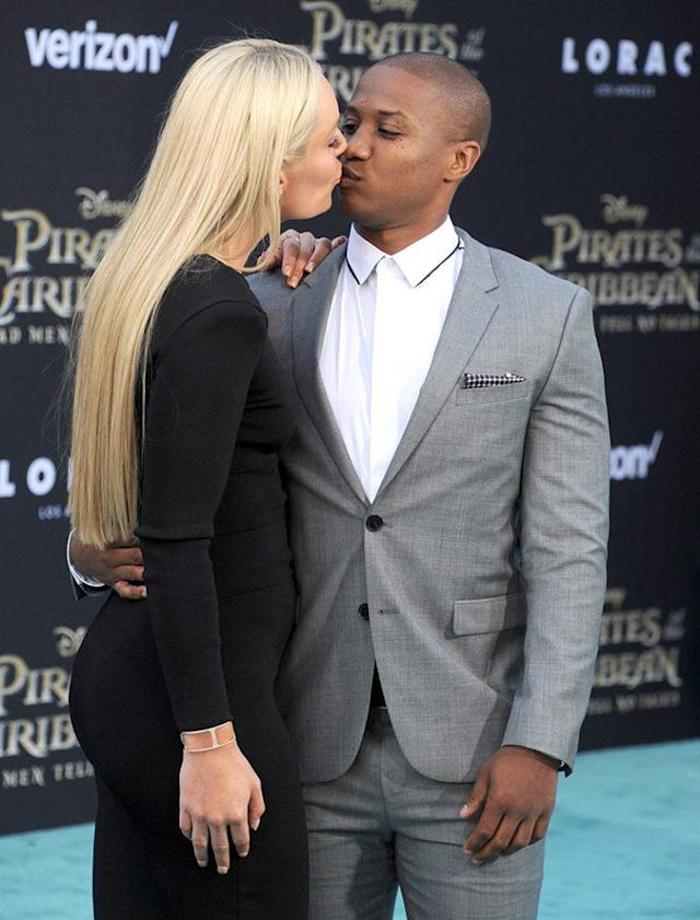 Lindsey Vonn and Kenan Smith share an awkward kiss at <em>Pirates of the Caribbean: Dead Men Tell No Tales</em>. (Photo: Gregg DeGuire/WireImage)