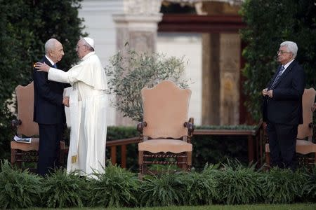 (L-R) Israeli President Shimon Peres greets Pope Francis as Palestinian President Mahmoud Abbas watches after a prayer meeting at the Vatican June 8, 2014. REUTERS/Max Rossi