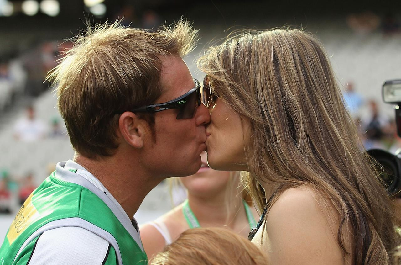 MELBOURNE, AUSTRALIA - DECEMBER 17:  Shane Warne of the Stars kisses fiance Liz Hurley ahead of the T20 Big Bash League match between the Melbourne Stars and the Sydney Thunder at Melbourne Cricket Ground on December 17, 2011 in Melbourne, Australia.  (Photo by Hamish Blair/Getty Images)