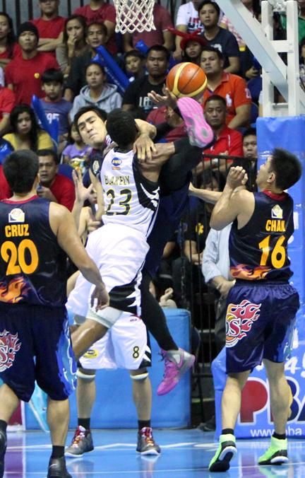Ryan Arana fouls Marqus Blakely. (PBA Images)