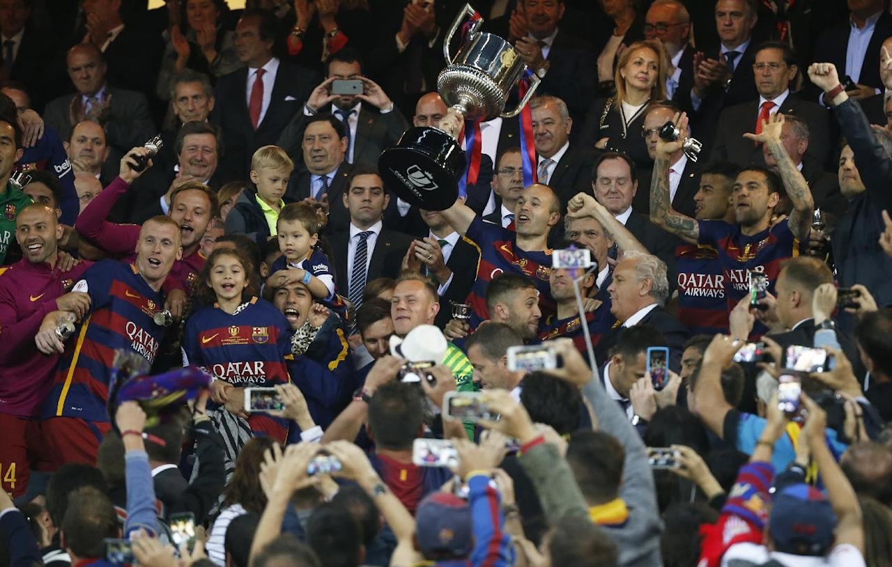Soccer Football - FC Barcelona vs Sevilla - Copa del Rey Final - Vicente Calderon, Madrid, Spain - 22/5/16 Barcelona's Andres Iniesta celebrates with the trophy and team mates after winning the Copa del Rey Final  Reuters / Sergio Perez Livepic EDITORIAL USE ONLY.