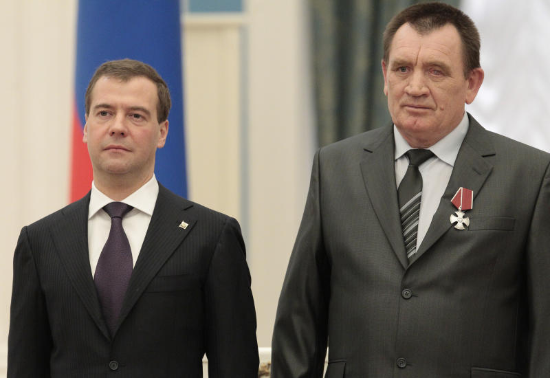 """Russia's President Dmitry Medvedev stands with """"liquidator"""" Gennady Solodkov, during a ceremony to award """"liquidators"""", emergency workers who fought the blaze at the Chernobyl nuclear reactor,  on the eve of 25th anniversary of the disaster in Moscow's Kremlin, Monday, April 25, 2011. (AP photo/Alexander Natruskin, pool)"""