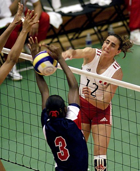 Peru's Natalia Malaga spiked the ball during their Pan American Games volleyball match against the Dominican Republic on July 24, 1999 in Winnipeg, Canada (AFP Photo/Roberto Schmidt)