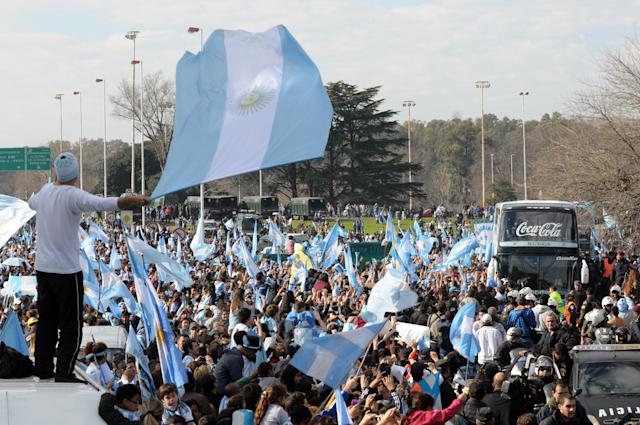 A crowd of Argentinian fans greet their national football team upon their arrival, near Ezeiza, province of Buenos Aires, Argentina after playing against Germany in the World Cup Brazil 2014 final, on July 14, 2014 (AFP Photo/Maxi Failla)