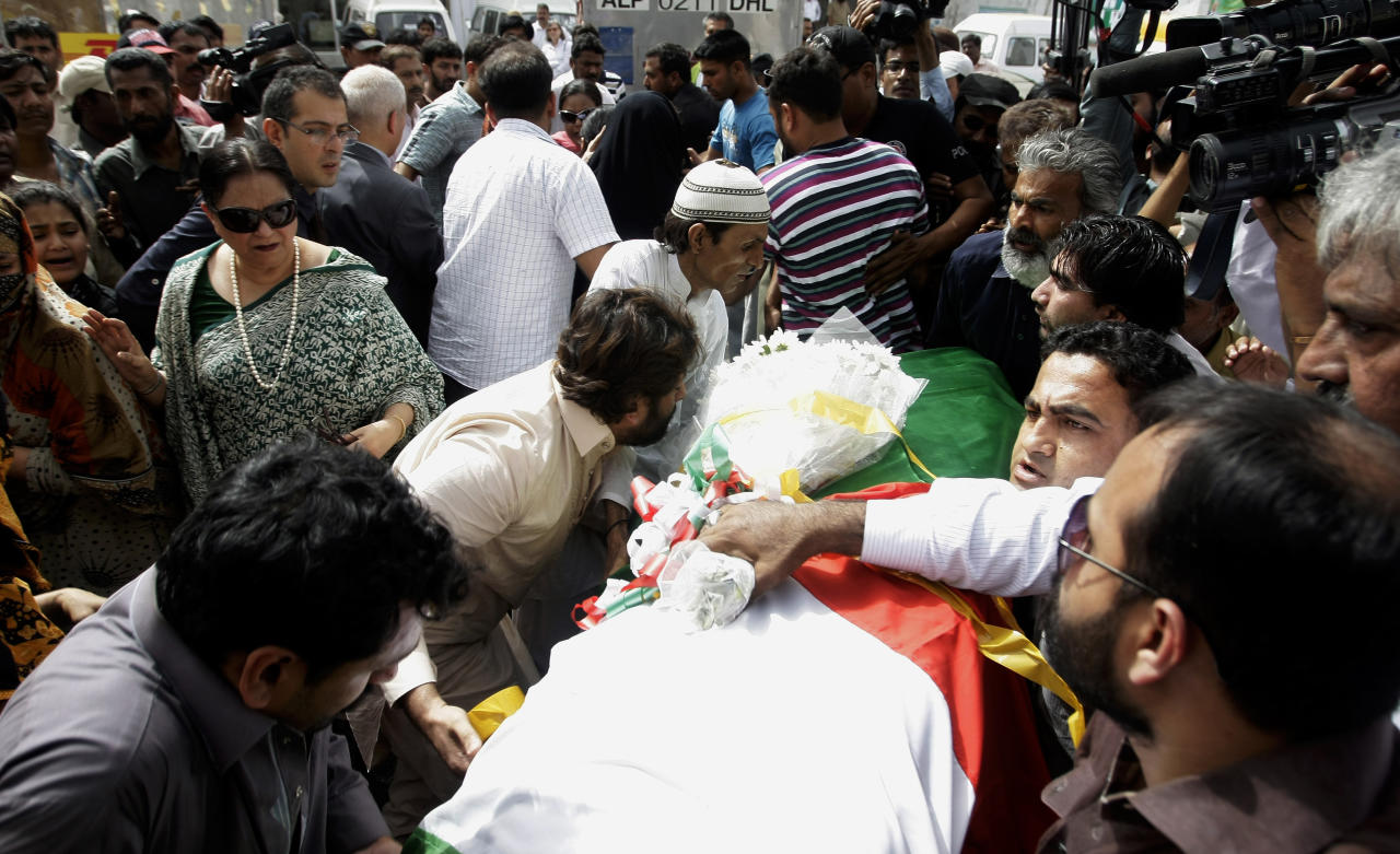 People carry the body of a Pakistani acid attack victim Fakhra Younnus, at Karachi airport in Pakistan Sunday, March 25, 2012. Fakhra who committed suicide by jumping from the sixth floor of her flat in Rome, was a victim of an acid attack allegedly carried out 12 years ago by her husband, the son of a feudal politician. (AP Photo)