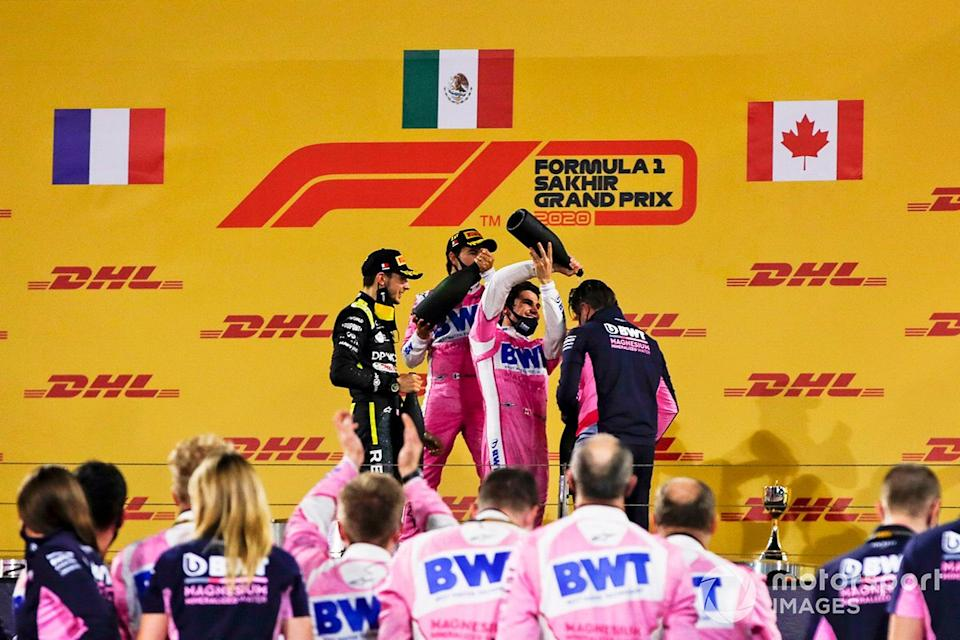 "Podio: ganador de la carrera Sergio Pérez, Racing Point, segundo lugar Esteban Ocon, Renault F1, tercer lugar Lance Stroll, Racing Point, y Andy Stevenson, Director Deportivo, Racing Point<span class=""copyright"">Charles Coates / Motorsport Images</span>"